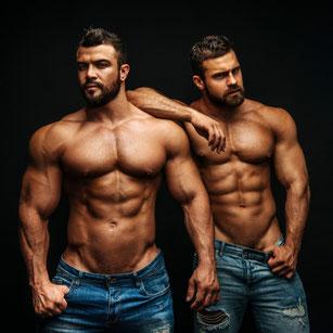 zwei extrem muskelbepackte Männer schauen in die Kamera
