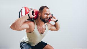 Training mit einem Sandsack auf dem Rücken