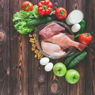 Ein Teller mit Fleisch, Salat und Milch