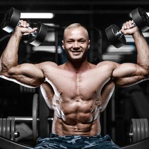 Sportler stemmt gewichte sitzend auf einer Bank