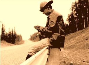 kurze Pause am Strassenrand, kein Auto weit und breit