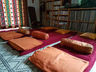 Meditationsraum in der Klangoase mit gemütlichen Liegematten, Decken und Kissen