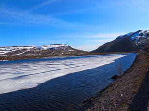 der Fjord noch  zugefroren