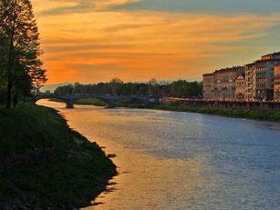 im Abendlicht scheint sich der Arno mit dem Himmel zu vereinen