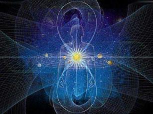Une silhouette debout avec le huit de l'infini en vertical centré sur le cœur et toutes les énergies qui rayonnent autour, sur fond de nuit