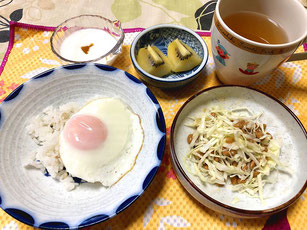 太らない体質の私の食事 朝ご飯、目玉焼き、納豆、キャベツ、ゴールドキウイ