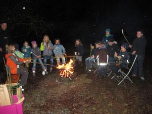 12.12.2015 Zum Abschluss der Aktion wird gemeinsam am Lagerfeuer Stockbrot gebacken - Foto: Silke Wagner