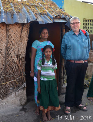 Pavithra et sa mère en compagnie de leur parrain - Fév. 2014