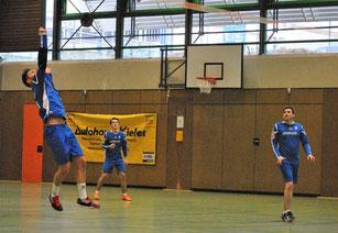 Kraftvoll schaltete sich hin und wieder auch Abwehrchef Marco Kühner in den Angriff ein, beobachtet von Moritz Höckele und Spielertrainer Markus Schweigert (v.l.n.r.).