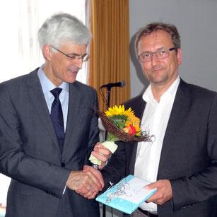 Seminarleiter Dr. Johann Sjuts (links) dankte Frank Wieligmann für seine Tätigkeit am Studienseminar Leer. Foto: Ulrichs
