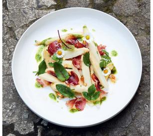 Spargelspitzensalat mit Wildschweincoppa und Bärlauchpesto Bild: © Vivi d`Angelo