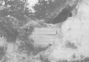 ぼうず山にあった防空壕(ひがしやま開校20周年記念より)