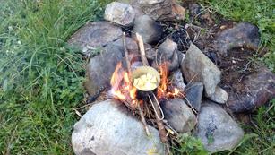 Kocheb Braten Feuer Flamme Lagerfeuer draußen Outdoor Rucksack Natur