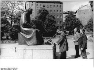 Ehrung für Käthe Kollwitz 1974; ganz rechts: René Graetz - gemeinfrei