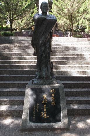 蜂起したセデック族の頭目、モーナ・ルダオの像(南投・霧社)