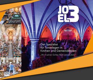 Flyer für Joel3 mit bunter Lichtshow und Soundanlage in einer Kirche