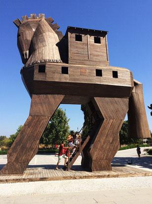 トルコの世界遺産「トロイの考古遺跡」で復元されたトロイの木馬