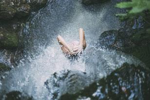 femme-sous-une-cascade-d-eau