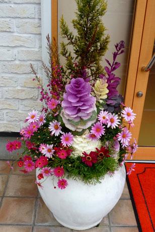 粟生外院の美容室ビュールさん前。ここは、お花も人も美しく・・