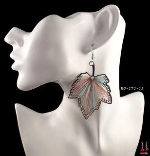 Boucles d'oreilles pendantes feuilles argentées et fils de tissu couleurs