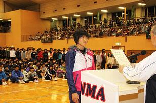 優秀受講生を代表して、陸上部の諸田実咲が表彰状を受け取った