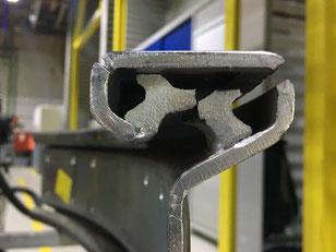 Reparaturarbeiten an einer Elektrohängebahn