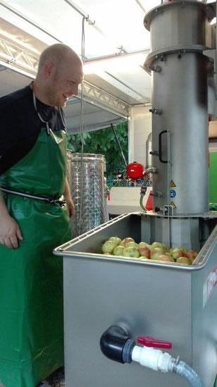 mobile-mosterei-saft-fuer-alle-aepfel-pressen-aepfel-werden-gewaschen