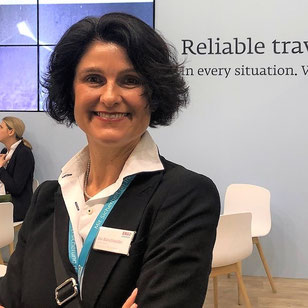 Reiseschutz-Expertin Ina Bärschneider mit Handy