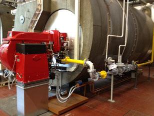 Fertigmontage des Zweistoffbrenners mit Gasregelstrecke und Ölversorgung