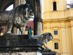 Les lions de la place de l'Odéon à Munich