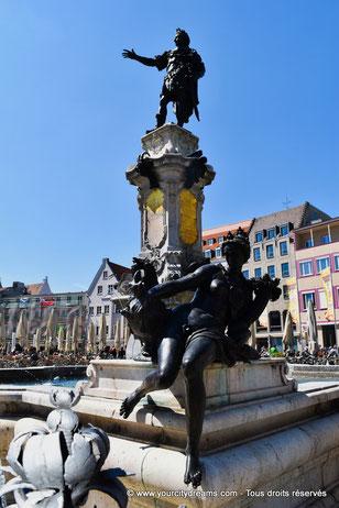 Fontaine d'Auguste sur la place de l'hôtel de ville d´Augsbourg