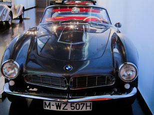 Le musée BMW de Munich expose de nombreux modèles de cette marque automobile.