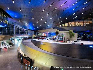 Le showroom BMW Welt est toujours rempli de touristes qui admirent son architecture et les automobiles.