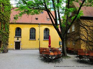 Église et restaurant dans la Fuggerei d´Augsbourg