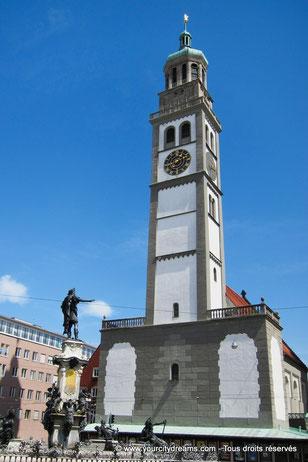 L'église Saint-Pierre de Perlach sur la place de l'hôtel de ville d´Augsbourg