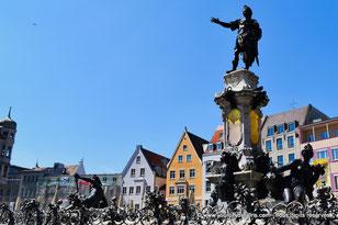 La place de l'hôtel de ville d'Augsbourg avec ses restaurants et sa fontaine
