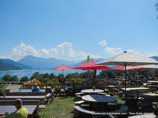 Biergarten avec vue sur le lac de Tegernsee et les alpes environnantes