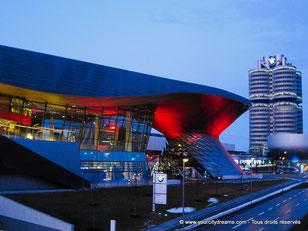 Découvrir Munich - Le BMW Welt, à l´architecture exceptionnelle, s´illumine tous les soirs.