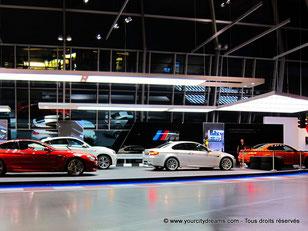 Les derniers modèles de BMW sont exposés dans le BMW Welt de Munich.
