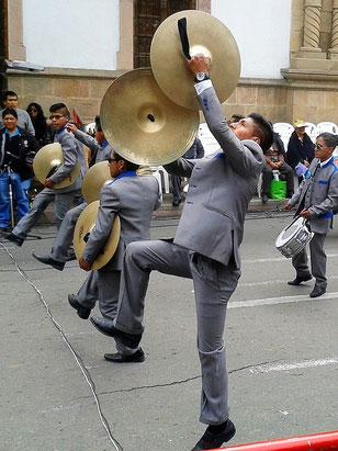 Akrobatik mit Blech! Sucre, Bolivien (Foto Jörg Schwarz)