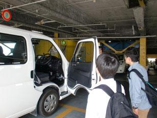 立体駐車場に停められている自動車の整備風景。