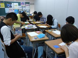 地域連携授業の時間、みんなで鶴作りに取り組みました