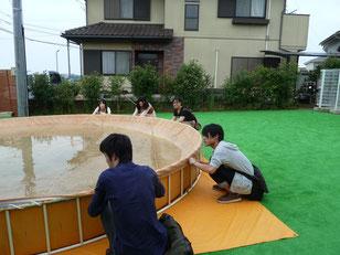 裏方の仕事体験~プールに溜まった雨水を除くお手伝いをしました~