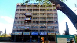 Bâtiment de la mairie de Mendoza en Argentine. C'est un bloc de béton gris avec quelques balcon colorés avec des dessins d'artistes.