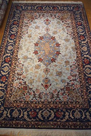 ESFAHANパルデサイズ サックスブルーのフィールドに大きなエスリミデザインが素敵です。
