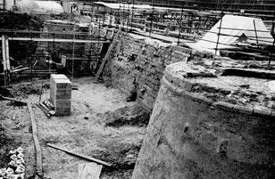 Le fossé nord au premier plan, la tour du Milieu dans le fossé, la pile du pont-levis conduisant au jardin du Roi au fond, la tour de la Taillerie.