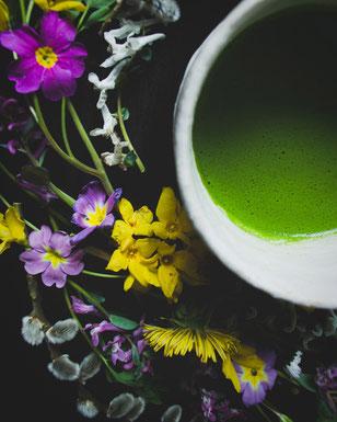 Matcha und Blumen