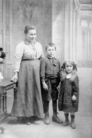 Le jeune Gaston Litaize entouré sa maman et sa petite soeur.