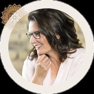Nicole Hossmann Geschäftsführerin von Atelier SilberGlanz in Hinwil. Kreativität macht Spass. Kreiere dein eigenes Schmuckstück.