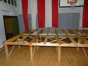 Grundgerüst der Bühne wird aufgebaut